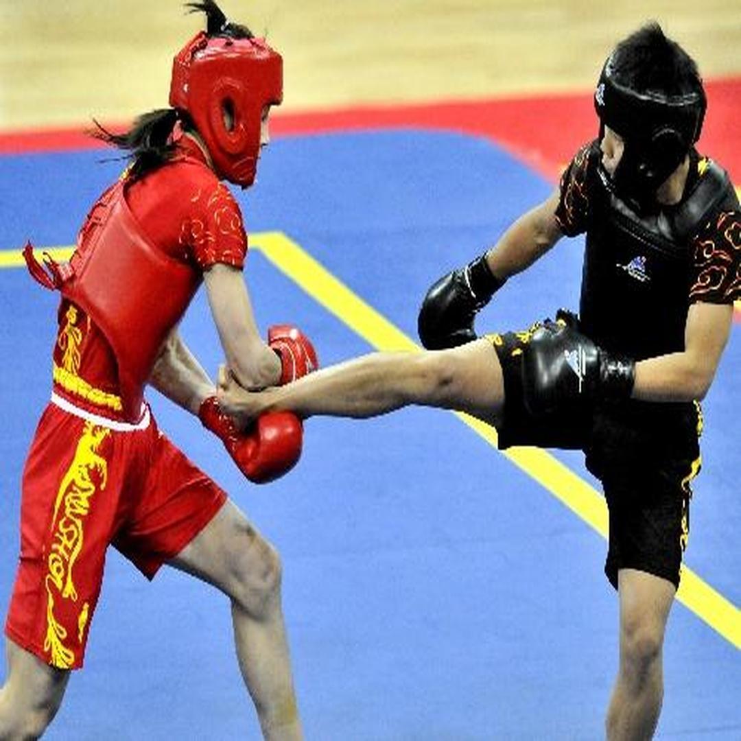 章乱(右)在比赛中与陕西队选手柏晶对抗